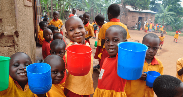 Latte in polvere per un bimbo malnutrito in Karamoja - Insieme si può